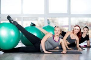 Eine Gymnastik Übung mit dem Ball
