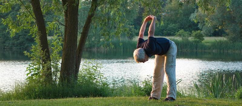 Älterer Herr macht Gymmastische Übungen