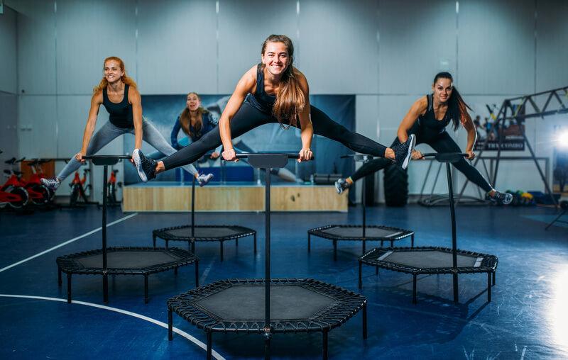 Jumping fitness auf dem Trampolin