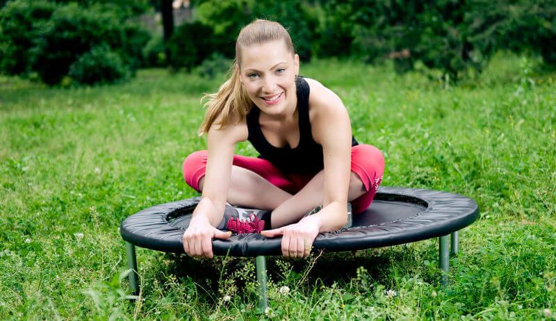Sportliches Training auf dem Trampolin
